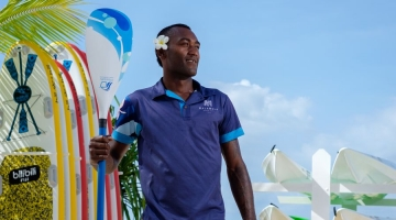 Sekope Kepu holding a kite